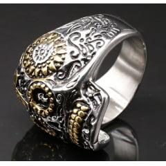 Anel masculino caveira em aço inoxidável  linda joia com detalhes em dourado