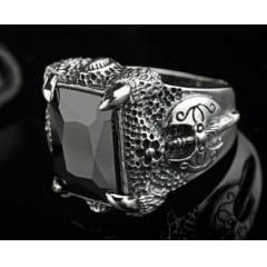 Anel masculino em prata 925 com uma pedra ágata presa por garras de dragão e um machado nórdico esculpido nas laterais do anel uma peça unica